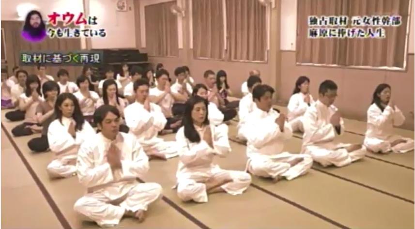 麻原彰晃創設奧姆真理教,1995年教徒銜命在東京地鐵散佈沙林毒氣,導致13人死亡。